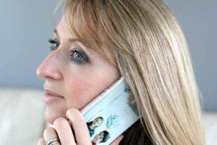 Personnalise ta coque - Téléphone en main